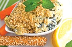 A slimmed-down take on Spinach and Artichoke dip #Recipe #Spinach #Artichoke #Dips