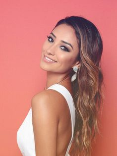 Shay Michelle with some gorgeous makeup. Those #PrettyLittleLiars always look amazing!