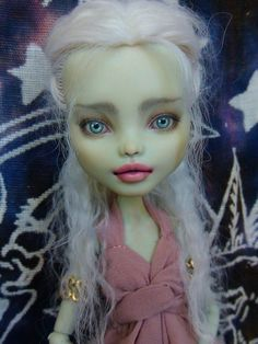 She sort of looks like Daenerys to me. (Which apparently she is, silly me) Just need blue clothing..