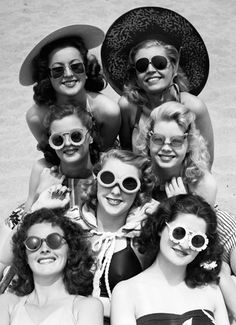 vintage photos, fashion vintage, sunglass, at the beach, bathing beauties