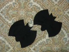 Apple Core Bats - Here's a quick and easy way to make some cute little applique quilt designs for a Halloween quilt. If you know how to cut apple cores or have a die handy, this tutorial is for you!