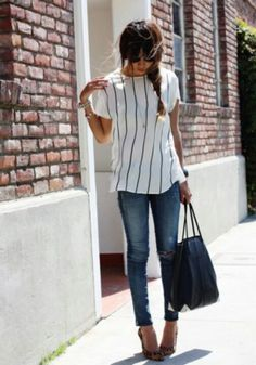 Striped shirt, jeans and leopard shoes.