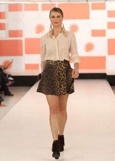 A saia em animal print, combinada com camisa nude e bota de franjas ficou LINDA!