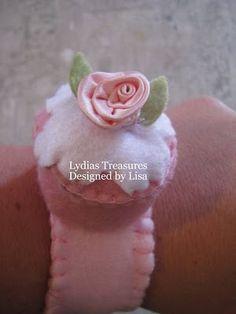 cupcake wristlet pincushion to make - free pattern