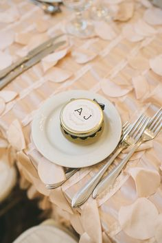 edible wedding favor - photo by Mango Studios - http://ruffledblog.com/ontario-flower-child-wedding/