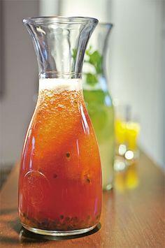As bebidas não alcoólicas surpreendem pela mistura de sabores. Uma delas une polpa de melancia batida com suco (e sementes!) de maracujá. A outra, ainda mais refrescante, leva suco de caju aromatizado com folhas de hortelã - use um galho inteiro.