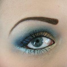 Nuevamente maquillaje de ojos en azules.