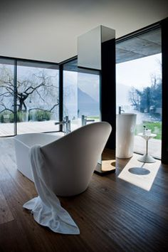 Beautiful bath with a view, who would want to leave!