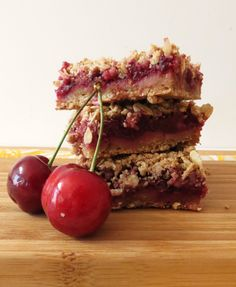 Cherry Pie Crumble Bar - A healthy oat bar that is full of fresh cherries and is topped with a coconut almond crumble. Tastes like your biting into a cherry pie. Vegan.