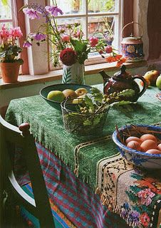 Table w green table cloth and flowers