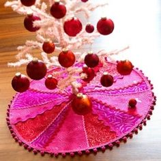 Are you looking for a cute tree skirt that you can make yourself? Here are some great ideas.