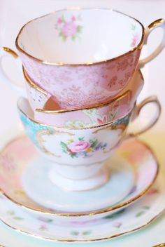 Love the gold rims on these tea cups & plates!