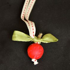 Easy Apple Necklace- what a cute way to welcome the new school year! Or to go apple picking, of course. | AllFreeKidsCrafts.com