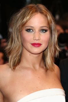 Jennifer Lawrence sported a bright fuchsia lip on the red carpet. #cannes