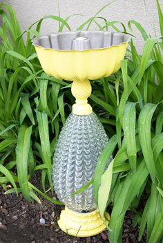 okay, i just adore that she used a bundt pan for this bird bath (uh, not to mention that the base is an old lamp)!