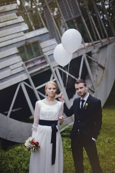 cute wedding portraits with balloons | onefabday.com