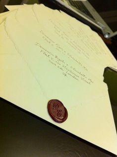 Partecipazioni di nozze con ceralacca e indirizzi in bella calligrafia, wedding invitations