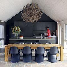 Inspiradora composición de frente de cocina, barra y mesa.