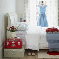 vintage country bedroom designs | White Sleigh Bed in Red and White Cottage Bedroom