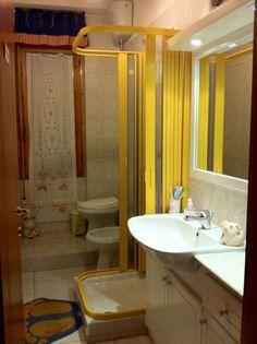 Box Doccia con pannelli in giallo. Possiamo realizzare box doccia di tutti i colori e misure