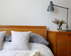 Printed natural linen pillows add a starry touch.