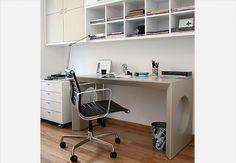 Anexo ao quarto do casal, este escritório tem móveis claros e modernos. A bancada e os armários suspensos, com portas e nichos revestidos de couro, possuem acabamento de laca
