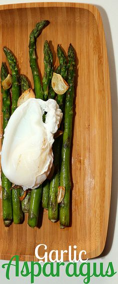 Garlic asparagus with poached egg - an easy 150-calorie meal