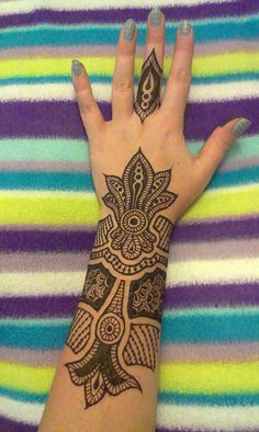 by Henna Vibes, via Flickr  #henna #hena #mehendi #indian #turkish #arabic #draw #drawing #hands #foot #feet #body #art #arte #artist #tattoo #bridal #wedding #love  #beautiful #pic #picutre #photo #photography #foto #fotografia #detail #doodle #bw #black #white #bronze #red #color