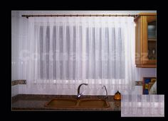 Visillo de cocina bordado, confeccionado manual a tablas, respetando los motivos e instalada en un conjunto mixto madera/latón antiguo.