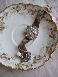 ❥ old brooch on velvet ribbon