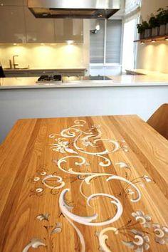 BLANDER GAMMELT OG NYTT: Rosemalt moderne spisebord i kjøkkenet i representasjonsdelen.