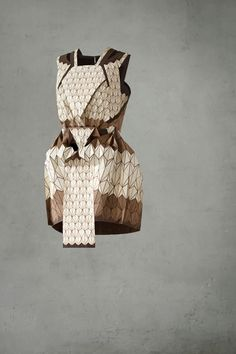 Wooden Textile Dress, 2012  Entre marqueterie et origami… Le duo Léa Peckre (créatrice) et Elisa Strozyk (créatrice du matériau) - pour Futurotextiles:  la première tenue en textile bois.