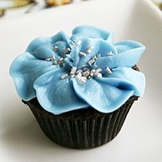 How to decorate cupcakes with buttercream pansy-like flowers