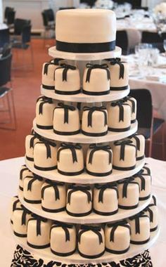 We can't handle the cuteness of this cake display! #weddingcakes #cakes #cupcakes #desserts