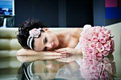 Meravigliosa sposa con #bouquet #rosa e frontino abbinato