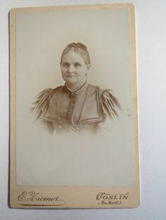 Köslin - Frau im Kleid - E. Ziemer Am Markt 3
