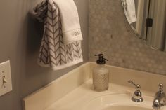 HomeGoods towels and accessories brighten any bathroom especially this newly renovated bathroom for twin eight year olds. #sponsored #happybydesign