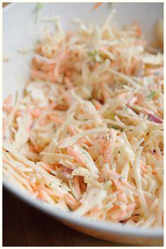 COLESLAW ■ Recette pour 10 personne ■ Râper un chou blanc et 6 carottes dans un saladier. A part, mélanger 250g de fromage blanc et 250g de mayonnaise, puis ajouter 2cs de vinaigre de cidre, du sel, des raisins secs et 3cs de ciboulette. Ajouter ensuite au mélange et mêler intimement. Mettre au frais et déguster.