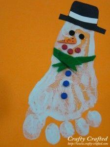 Footprint Snowman diy (great for little kids!) ... http://www.crafty-crafted.com/christmas-ideas/footprint-snowman/