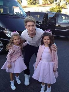 Niall with Sophia grace and Rosie. Perfect.