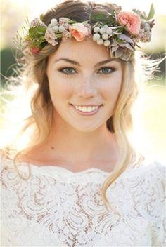 El complemento de corona de flores es siempre bohemio y romántico.
