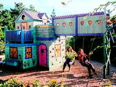Slideshow with 14 different tree/play house ideas.
