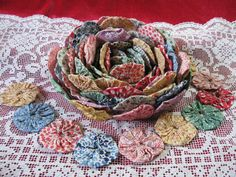 quilted roses, fabric bowls, vintage quilts, needl work, yo yos, fabric flowers, vintage quilt ideas, yoyo quilt, yoyos quilt