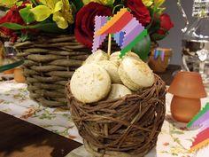 macarons com sabor paçoquinha, potinhos de brigadeiro e Romeu e Julieta