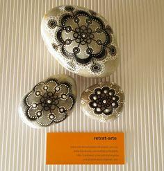 Piedras pintadas en blanco y negro / Painted stones in black and white
