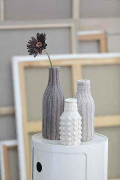 garrafas com capas de tricô