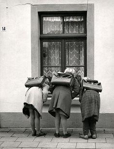 Girls witch satchels (Nederland, 1959)