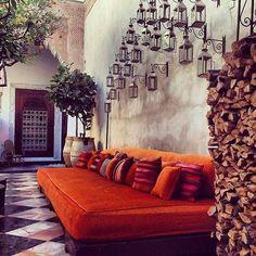 Eu respeito o laranja como um detalhe numa sala predominantemente neutra. Moroccan Style banquette......