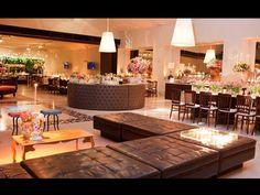 O lounge clássico tem estofado capitonê marrom e detalhes em rosa bem clarinho . Decoração: 1-18 Project / Foto: Fulvio Oriola - http://gnt.globo.com/noivas/noticias/Casamento-em-rosa-e-marrom--dupla-compoe-diferentes-estilos-de-decoracao.shtml