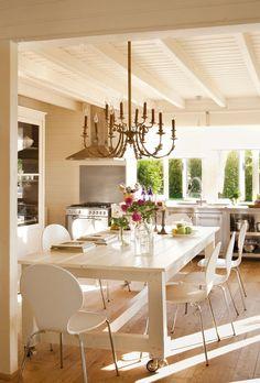 Cocina con gran mesa para comer